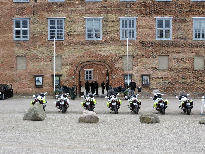 Polizeimotorräder vor dem Sonderburger Schloss am 18. April 2014, Bild 02.JPG