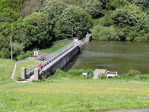 Porth Reservoir Dam - geograph.org.uk - 2403056