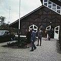 Prinses Beatrix en prins Claus verlaten een gebouw prinses Beatrix in gesprek, Bestanddeelnr 254-7722.jpg