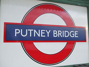 English: Putney Bridge tube station platform r...