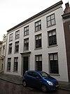 foto van Huis met empire lijstgevel, ingang met geblokte pilasters en kroonlijstje met triglyphen