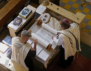 English: Reading of the Torah, Aish Synagogue,...