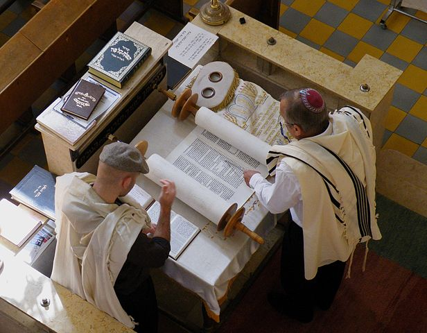 Reading of the Torah at the Aish Synagogue, Tel Aviv (photo by Roy Lindman via Wikipedia)