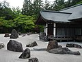 Rocas en un jardín zen japonés.jpg