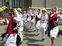 Romanian Folk Dancing (38822614751).jpg