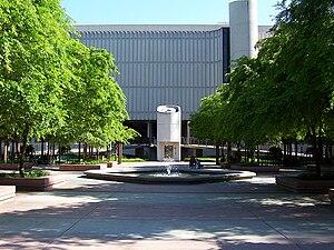 Sacramento State University Library - Image: Sac State Library Quad