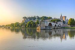 Le pont Saint-Bénézet dit «pont d'Avignon» et le palais des papes.