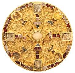 Schijffibula in goud en zilver met filigraanversiering en inlegwerk van almandienen en glas