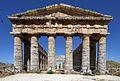 Segesta, il fronte occidentale del tempio dorico - panoramio.jpg