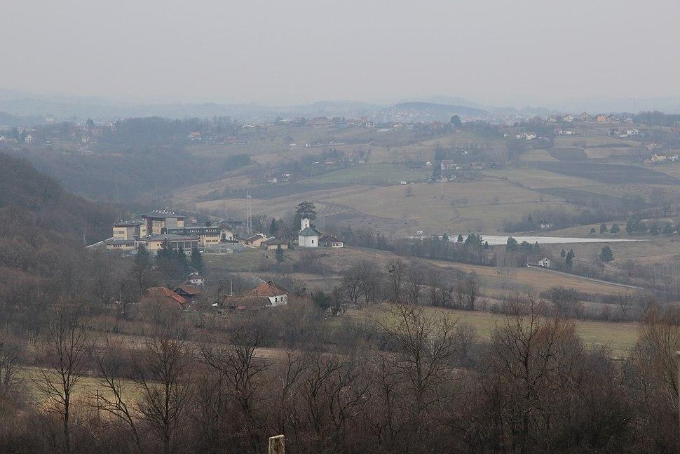 Selo Klinci - opština Valjevo - zapadna Srbija - Pogled prema zapadu - U pozadini crkva u selu Petnica, jezero Petnica i Istraživačka tanica Petnica 2