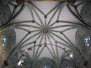 Vista de la bóveda de crucería de ocho nervios de la Capilla del Santo Cáliz