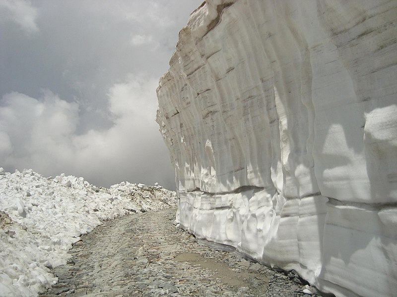 Snow wall on the way to saach pass