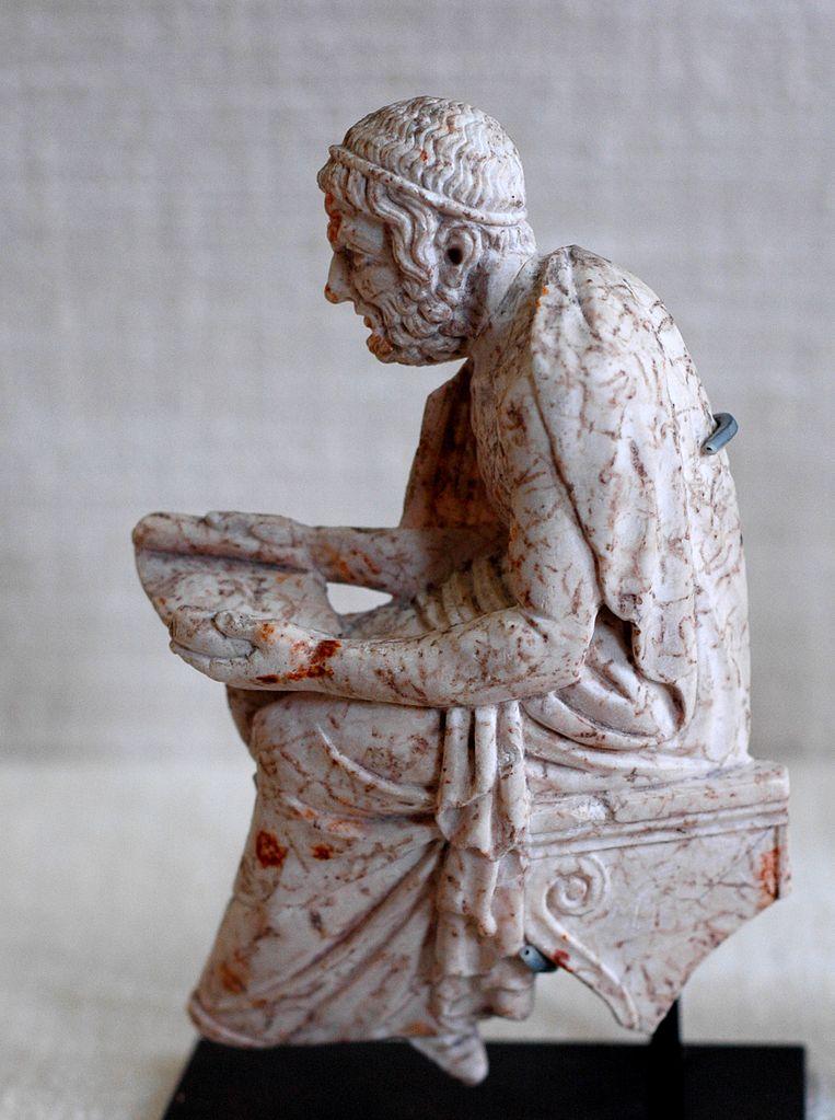 詩人を象る大理石の浮彫り。おそらくソポクレースを表す。Wikipediaより