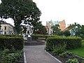 Stadsparken med monument från öster.JPG