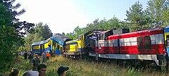 SU42-523 w bordowym malowaniu PR z wagonami poza kadrem oraz SU42-522 w żółtym malowaniu z wagonami Bhp