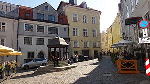 Улица Ратаскаэву и сам исторический колодец