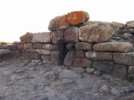 Tomba di Giganti di Sa Domu 'e S'Orcu - facciata ( lato opposto )