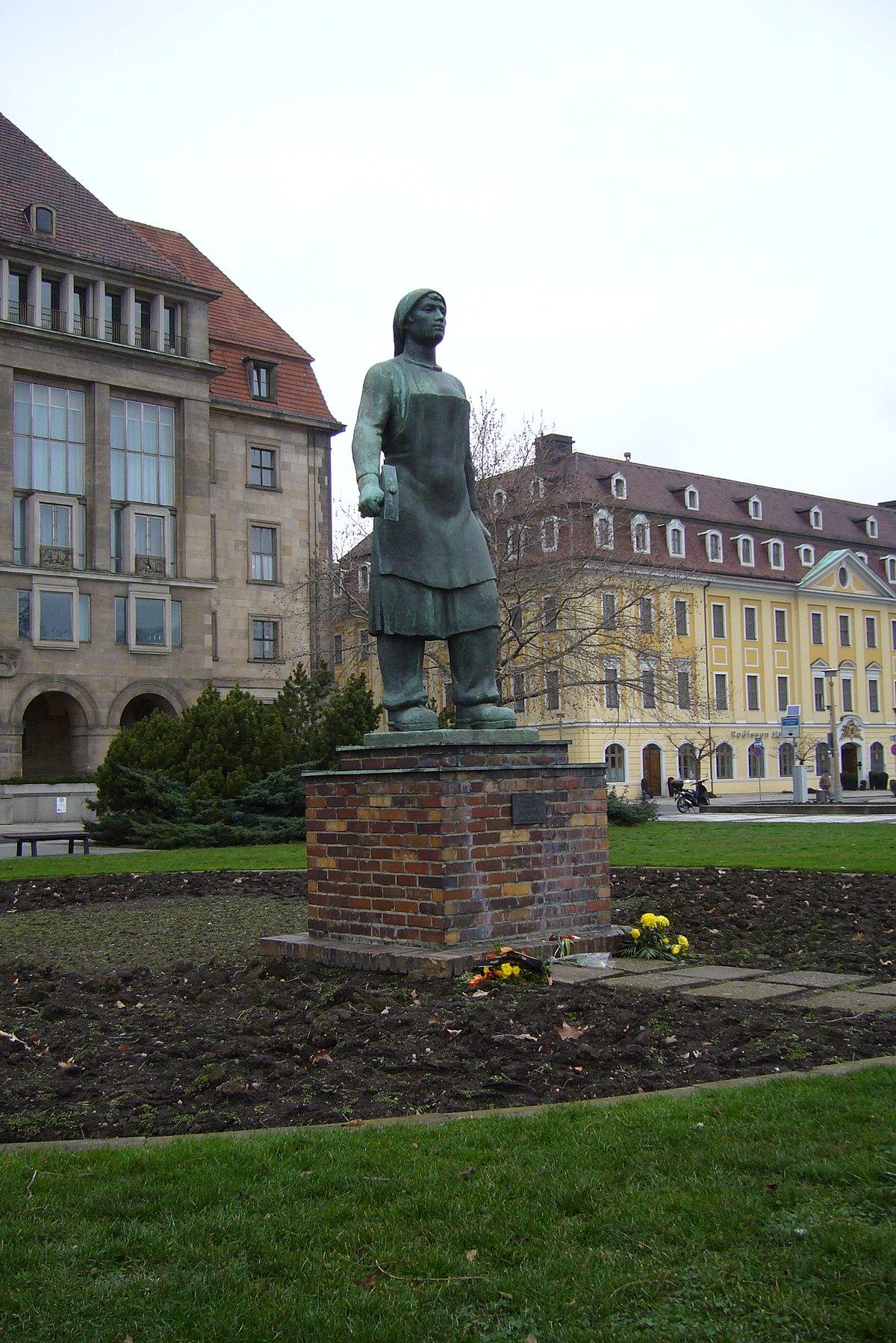 Trümmerfrau Dresden 1.JPG