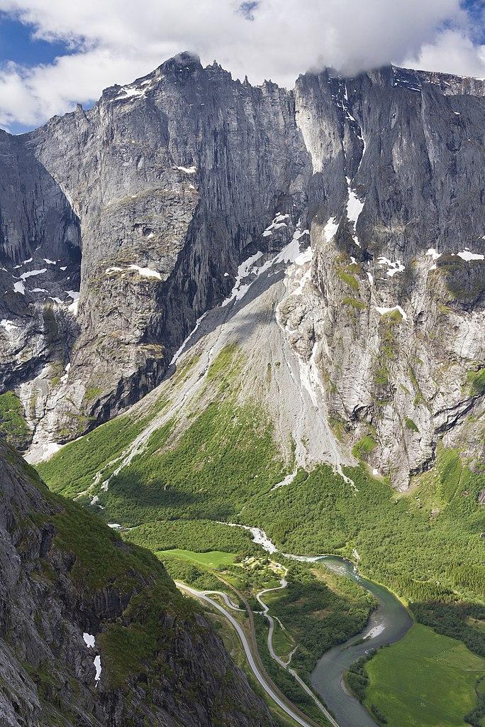Wajah batu vertikal tertinggi di Eropa, Trollveggen dan Trollryggen di atas sungai Rauma di lembah Romsdalen.