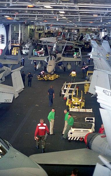 Ficheiro:USS Enterprise (CVN-65), hangar view.jpg
