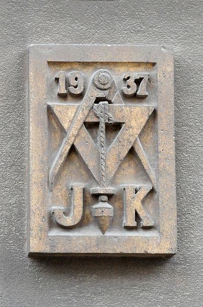 Den Embleme vun der Loge um Haus Nr 7 an der rue Pierre Claude zu Esch.