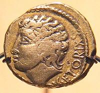 Statère d'or de -52, issu du trésor de Pionsat, Puy-de-Dôme, au nom de Vercingétorix, mais figurant probablement le dieu Apollon - musée d'archéologie nationale.
