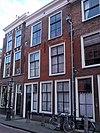 foto van Pand met gevel met rechte kroonlijst met bogen boven de vensters. Empire-ramen