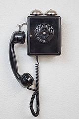 Wandtelefon mit Wählscheibe.jpg