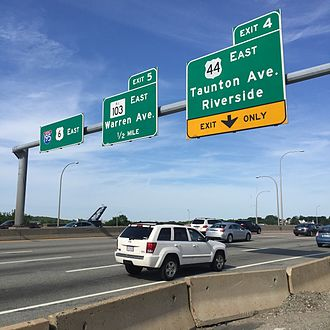Washington Bridge (Providence, Rhode Island) - Signs for Exits 4 and 5, eastbound traffic lane.
