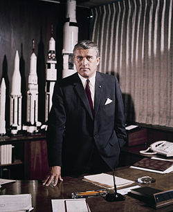 1964 májusában von Braun a Marshall Space Flight Center-beli íróasztalánál (Huntsville, Alabama) a kifejlesztett és a készülő modellek makettjeivel