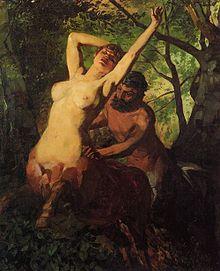 Într-un pădure, un centaur feminin în prim-plan, cu brațele ridicate spre cer, este apucat de talie de un centaur masculin din fundal care pare că o urmărește.