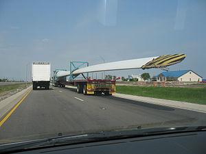 English: Wind turbine blade on Interstate 35 n...
