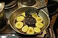 Wurstebrot mit aufgeschnittenen Kloessen.jpg