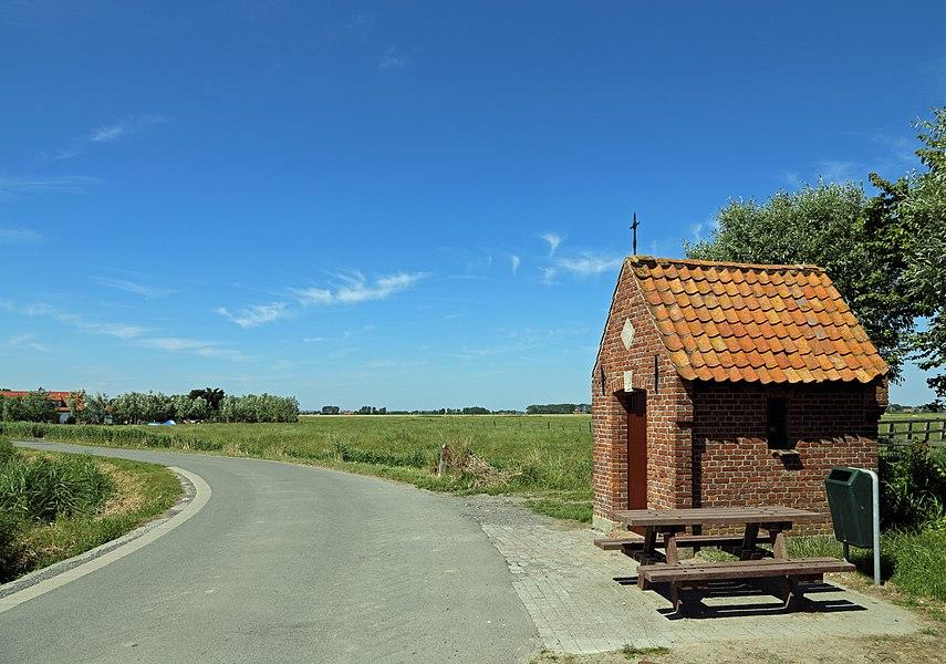 Zuienkerke (Belgium): Schoering street. Right: the Schoeringe chapel.