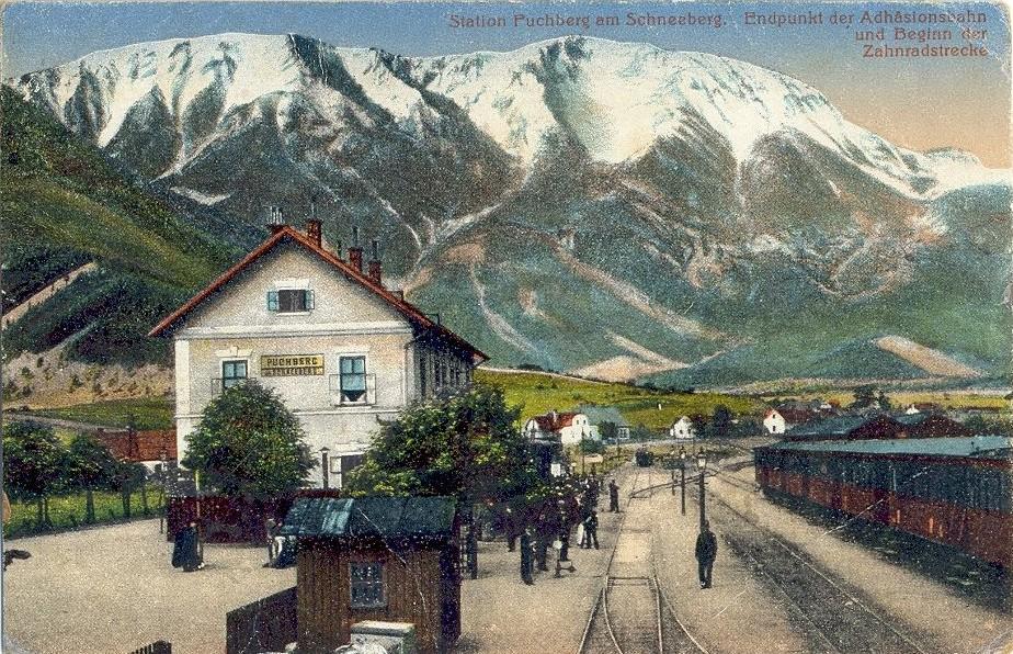 https://upload.wikimedia.org/wikipedia/de/2/20/Bahnhof_puchberg_um_1900.jpg