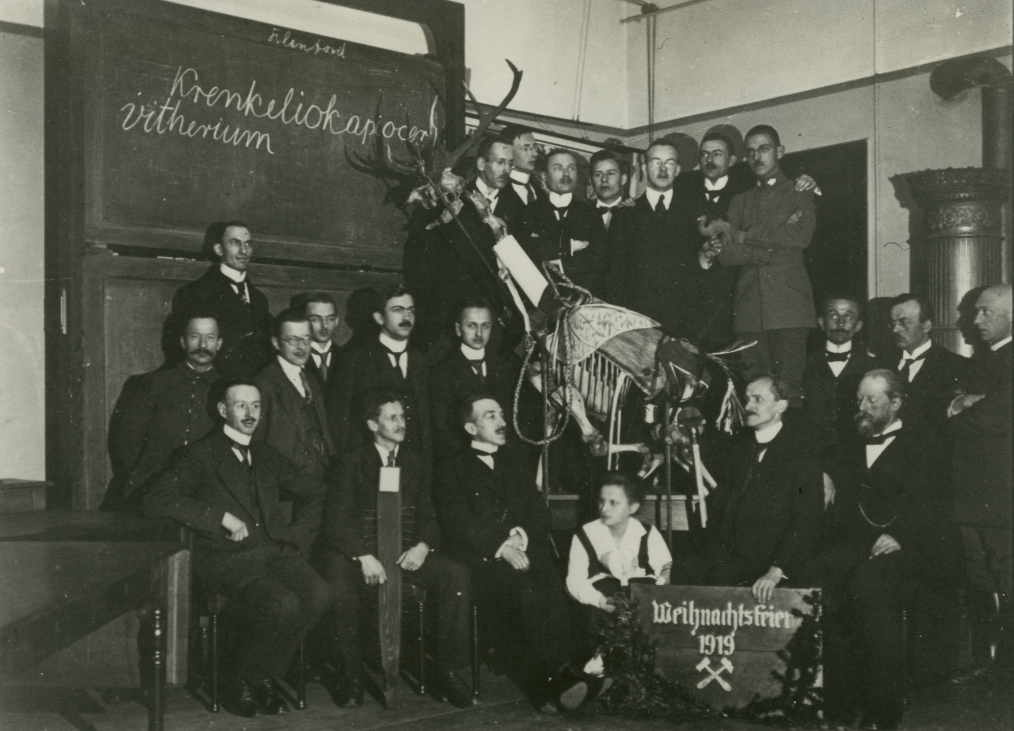 Weihnachtsfeier Leipzig.Datei Walter Hoppe Obere Reihe 1919 Weihnachtsfeier Uni Leipzig Jpg