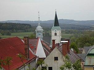 Blick auf Rathausturm und Kirche