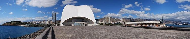 Blick auf Santa Cruz de Tenerife; von links nach rechts: Kongresszentrum, Rückseite des Auditorio de Tenerife, Hafen, Anaga-Gebirge