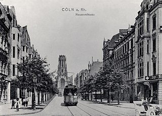 Neusser Straße mit Pfarrkirche St. Agnes