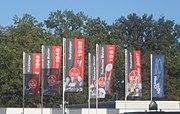 13 Fahnen mit Gedenktafeln erinnern am Stadion an die nationalen Titel des Club.