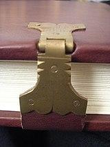 Gesägte und gefeilte Schließe nach altem Muster