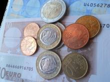 Währungsunion (Euro) Der Euro ist die Währung der Europäischen Union. Das legt der EU-Vertrag fest. Tatsächlich wird jedoch nur in 18 der 28 Länder mit der gemeinsamen Währung gezahlt.