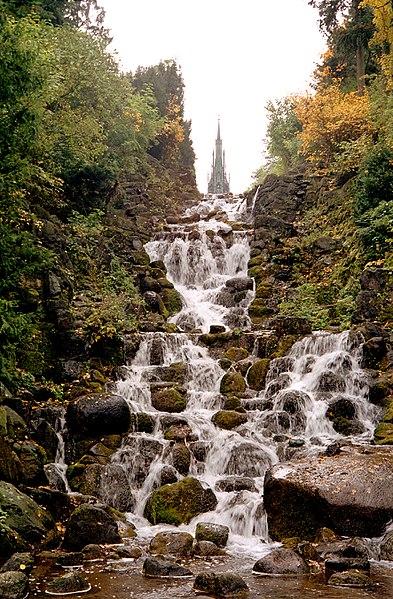 Datei:Viktoriapark Wasserfall.jpg