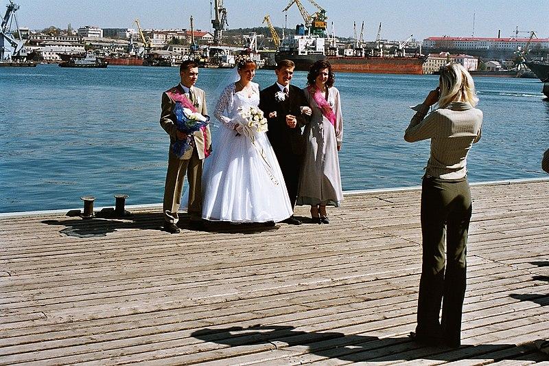 Datei:Sewastopol, Hochzeitsfoto an der Grafskaja pristan.JPG