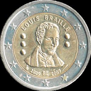"""Die Münze ist wie alle 2-Euro-Münzen zweifarbig. Der etwa drei Millimeter breite Rand ist aus silberfarbigem Metall mit zwölf aufgeprägten Sternen, der Bereich in der Mitte ist messingfarben. Er zeigt als Flachrelief ein Portrait Brailles mit geschlossenen Augen. Darüber steht im Bogen """"LOUIS BRAILLE"""", darunter """"1809 BE 2009"""". Links und rechts des Portraits sind drei bzw. zwei als kleine Halbkugeln ausgeführte, übereinander stehende Braillepunkte angeordnet."""