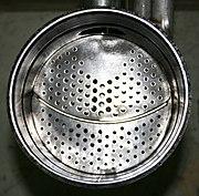 Quereinschubfeuerung mit unterteiltem Brennteller