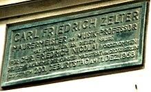 """Gedenktafel für den """"Maurermeister und Musik-Professor"""" Zelter an dem Haus in Berlin-Mitte, das er für Friedrich Nicolai umgestaltet hat (Quelle: Wikimedia)"""
