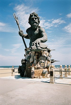 Neptunstatue in Virginia Beach.jpg
