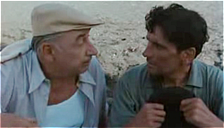 Ο Μάσιμο Τροΐζι (δεξιά) με το Φιλίπ Νουαρέ. Σκηνή από τον Ταχυδρόμο(1994).