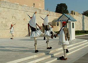 Αλλαγή φρουράς Ευζώνων πρό του Μνημείου του Άγνωστου Στρατιώτη